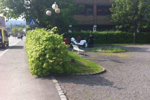 En mann ble knivstukket i Rådhusparken i Porsgrunn mandag ettermiddag.