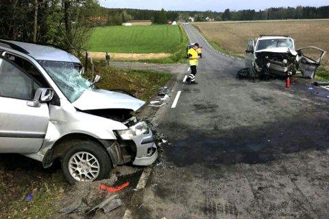 MANN OMKOM: En 63 år gammel mann fra Eidsvoll mistet livet etter denne møteulykken på Vestsidavegen mellom Brårud og Vormsund i Nes mandag morgen. FOTO: KJELL AASUM