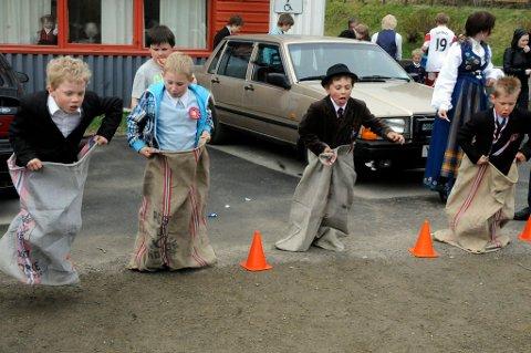 Klassiker. Sekkeløp er en klassisk utelek som mange leker på 17. mai. Her fra 17.maifeiringen ved Hamarøyhallen i 2011.