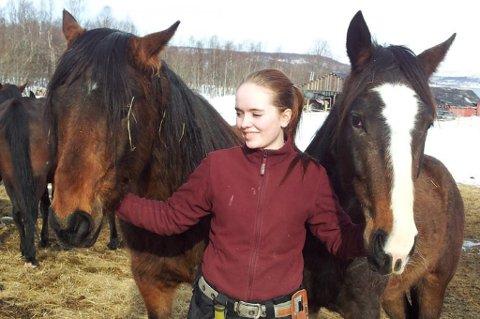 ALLEREDE SLAKTET: Ingeborg Dybwad Ryeng på omstridte Bunes gård 18. april i år mellom hoppa Saphir (hvit bless) og hingsten Sir Lancelot. Sir Lancelot er av av de fire hingstene på gården som ble slaktet tidligere i mai. I dag varslet Mattilsynet at sju hester blir hentet fredag til tvangsslakting fordi Ingeborg og foreldrene ikke godtar at de blir flyttet til et annet hjem. Foto: Privat.