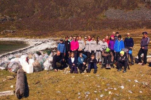 SØPPELHELTER: 8a på Kvaløysletta gjorde et heltmodig arbeid og plukket 60 sekker søppel.