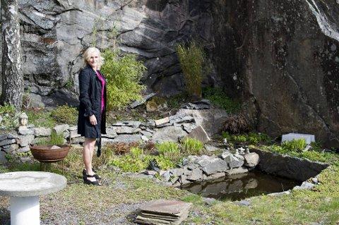 Bak huset har Elisabeth anlagt en japansk hage. - Arbeidet med den fikk meg til å innse at jeg kan være god til hageplanlegging. Nå har jeg lyst til å lage en hule med vinkjeller i fjellveggen.