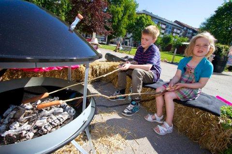 Barn skal aldri være alene eller leke i nærheten av en tent grill.