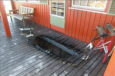 HER STO DET EN GRILL: Tenk nøye hvor grillen plasseres og sørg for at det er nok plass rundt den. Husk på at ting som lett kan ta fyr  markiser, busker og levegg  ikke må komme i kontakt med flammene.