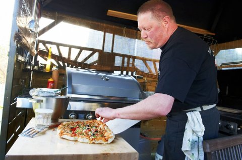 Pizza kan fint stekes på grillen. Arve Larsen anbefaler da å bruke en god pizzastein. På denne måten fungerer grillen nærmest som en italiensk steinovn.