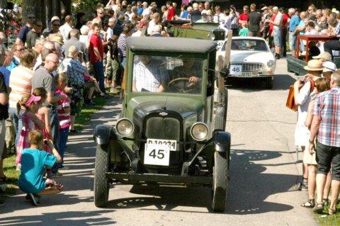 Arne Langnes fra Slåstad stilte opp i løpet med denne flotte veteranbilen.