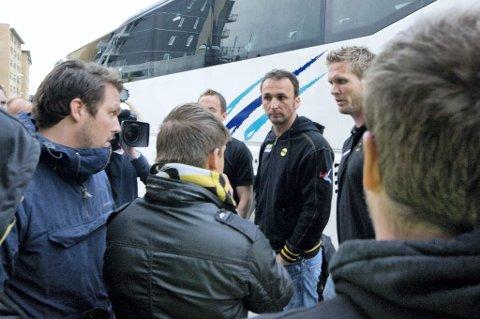 MØTTES: Frustrerte supportere møtte LSKs Frode Kippe, Espen Nystuen og keeper Sead Ramovic på Åråsen etter kampen mot Stabæk mandag kveld. FOTO: VIDAR SANDNES