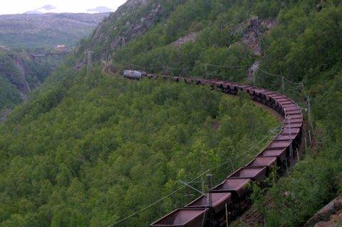 ENORM SLITASJE: Over 60 prosent av all godstransport på bane i Norge skjer på Ofotbanen. I tillegg er malmtoget åtte ganger tyngre enn vanlige godstog. Det gjør at strekningen er svært dyr i drift, i forhold til andre jernbanestrekninger.