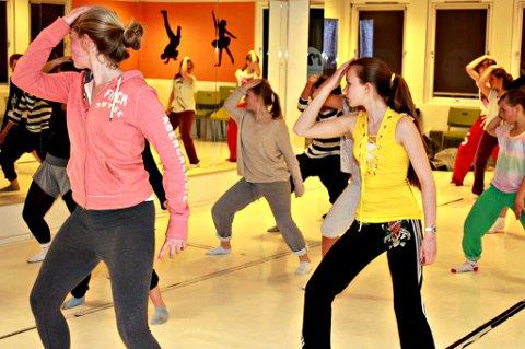 UNDERVISER: Pernille Kallestad drømmer (om å bli musikaldanser. Ved siden av skolen har hun to jobber som danselærer. Foto: Kristine Jensson