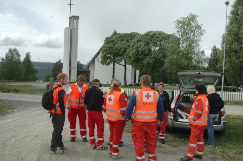 Ambulansen var på vei for å slutte seg til disse letemannskapene under redningsaksjonen på Hadeland. Arkivfoto