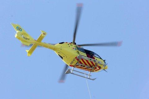 Et to år gammelt barn ble torsdag ettermiddag fløyet med luftambulanse til sykehuset i Førde etter at en personbil rygget på barnet på et gårdstun i Gloppen.