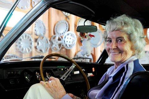 Sigrid har eit utal hjulkapslar som veggpryd i garasjen sin. Denne sommaren er 83-åringen klar for å ta sin sylvgrå Opel Rallye Kadett ut på vegen for 45. året på rad. Foto: