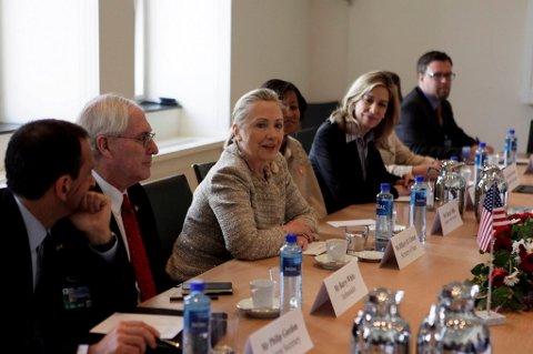 USAs utenriksminister Hillary Clinton ankom Utenriksdepartementet fredag, 25 minutter forsinket, til bilaterale samtaler.