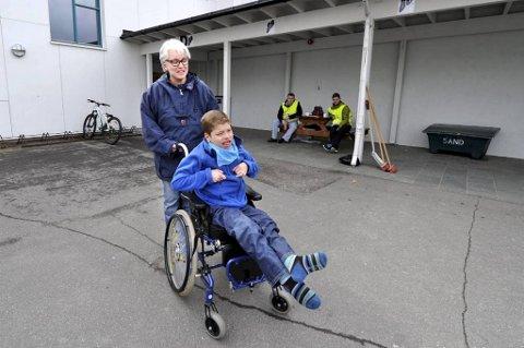 Barbara Priesemann stiller seg uforstående til at sønnen Max (15) og andre funksjonshemmede rammes hardere av streiken enn andre. Elever behandles ulikt, sier hun.