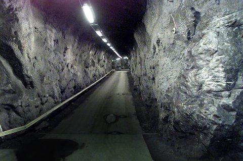KJØREVEI: Det gigantiske fortet er så stort at biler kan kjøre inne i fjellet.