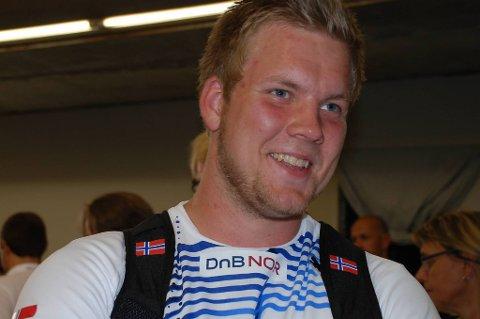 ): Tjalve-kasteren Eivind Henriksen (21) forbedret sin norske rekord i slegge med én centimeter til 75,57 meter under et elitestevne i Florø lørdag.
