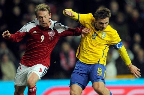 Anders Svensson - her i kamp med Danmarks Michael Krohn-Dehli i fjor høst - takker av på det svenske landslaget etter EM-sluttspillet.