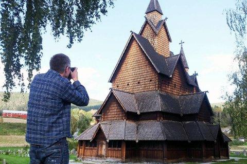 Stavkirkene er yndet mål for turister. Men hva tar du bilde av? På kirkesøk.no kan man finne ut at Heddal Stavkirke ble oppført på 1200-tallet, og er en av de største stavkirkene i Norge.