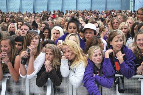 Justin Bieber-fans på taket til Operaen i Oslo. Hysteriet har spredd seg til London.