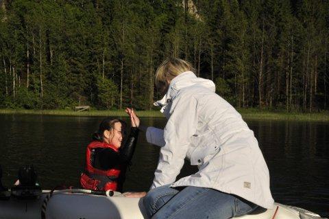 Lise Elgesem Vang skrøt av jentenes guts til å prøve noe nytt og her er det Stine Nilsen Bjerke som får en oppmuntrende high five for godt forsøk. *** Local Caption *** (Foto: Torgrim Skogheim)