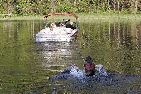 Balansekunst: Maiken Lie Rusti gjør et tappert forsøk på å komme seg opp på vannskiene, mens trener Lise Elgesem Vang, Andrea Kreken Randsted, Eline Elgesem Vang og båtfører Hans Olaf Elgesem følger spent med.