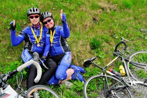 Mirella Årnes (34) og Merete Noppelberg Einmo (36) i mål på ca 1 time og 45 minutter. Snart er de klare for fest.