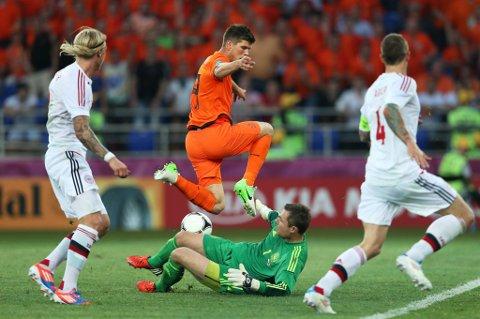 Klaas Jan Huntelaar får ikke ballen over Danmarks keeper Stephan Andersen.