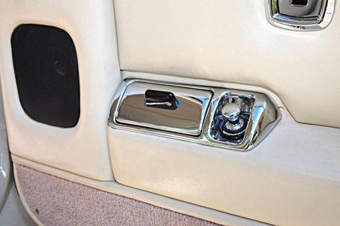 Velutstyrt: Sigaretttenner og askebeger finnes på alle dører i bilen.