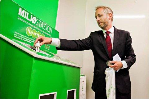 Miljøvernminister Bård Vegard Solhjell startet kampanjen for å få flere nordmenn til å kaste lyspærene i miljøstasjoner, ikke i søpla.