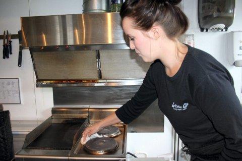 VASK: Thea Marie Sørlie er nøye med vaskingen på sin nye kafé, og fikk ros da Mattilsynet var på besøk. Foto: Agnete Rønning Sehested
