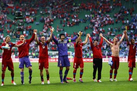 Tjekkias kaptein Petr Cech feirer med sine lagkamerater etter 2-1-seieren over Hellas tirsdag kveld.