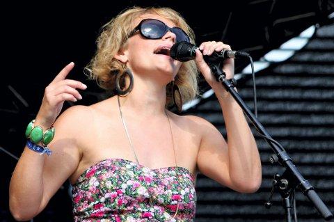 MED PÅ SANGEN: Stina Stenerud er med på den første sangen og i den første viedoen til bandet Easy Avenue, som er en avlegger av Bedrock Bluesband.