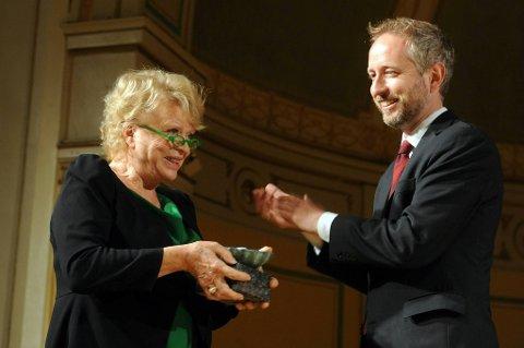 Miljøvernminister Bård Vegar Solhjell (t.h) deler ut Sofieprisen 2012 til Eva Joly i Gamle Logen onsdag ettermiddag