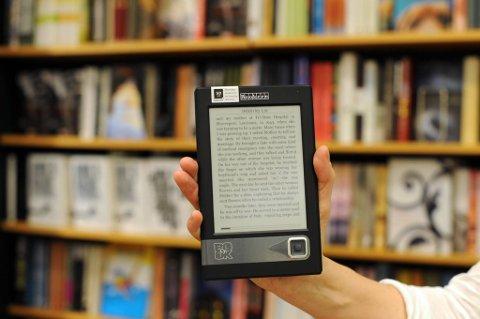 Kulturminister Anniken Huitfeldt sier hun vil utrede hvordan fastpris fungerer innen e-bokmarkedet.