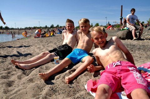 SOLSLIKKERE: Ferdinan Hval Ekeberg (foran) nyter sommersola, sammen med kameratene Henrik Stenberg og Daniel Hvalheim (t.v.). De er på Koigen så ofte de kan om sommeren.