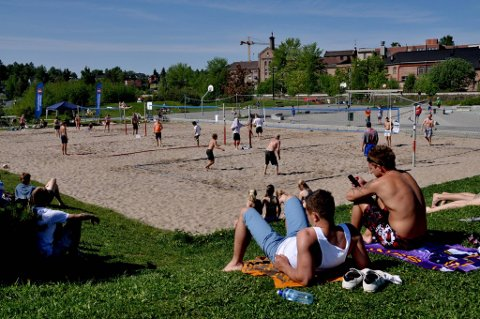 MER SAND: På volleyballbanene er det aktivitet dagen lang om sommeren.
