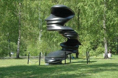 FLERE ANSIKTER: Skulpturen Bent of mind av Tony Cragg viser flere ansiktsprofiler uansett hvilken retning man ser den fra.