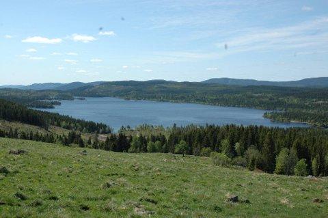 TOTENÅSEN: Slik kan du skue utover Hersjøen og åsen omkring du legger turen oppom Hersjøsætra.