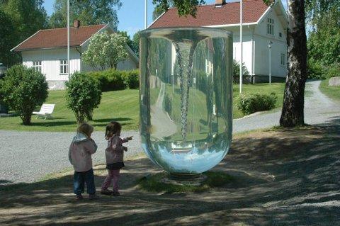 LITT SKUMMELT: Energy-Matter-Space-Time av Petroc Sesti er et fascinerende stykke kunst.