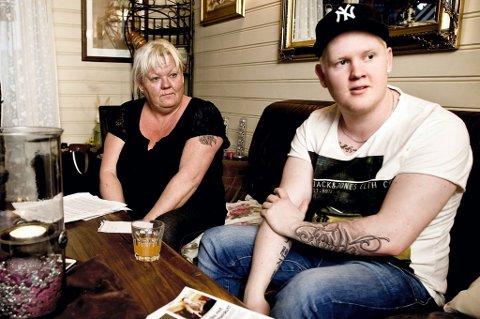 KRITISK: Nylig ble Trine Wilbergs kreftsyke sønn Matias (20) henvist fra Radiumhospitalet til Ahus for å gjennomgå store mageundersøkelser. - Det er den verste opplevelsen vi har hatt på et sykehus siden Matias ble syk for fem år siden. Selvsagt bortsett fra tabben da en lege kastet føflekken hans i søpla uten å undersøke den, sier moren. Bildet er tatt ved en tidligere anledning. FOTO: LISBETH ANDRESEN