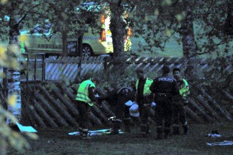 FULL UTRYKNING: Mannskaper fra ambulanse, politi og brannvesen rykket ut da meldingen om livløs mann ble meldt ved 23.15-tida.FOTO: Marius MYkleset