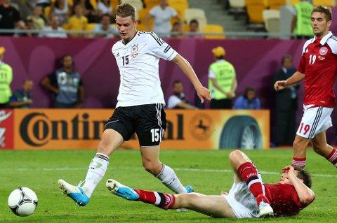 Her sender Lars Bender ballen forbi Stephan Andersen i det danske buret.