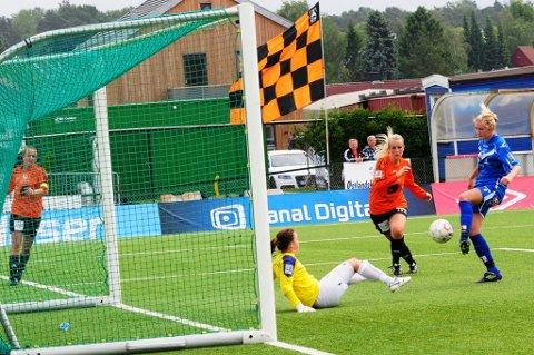 MÅL: Her scorer Mia Voltersvik det viktige 1-1-målet ett minutt før pause. (Foto: Pål A. Karlsen)
