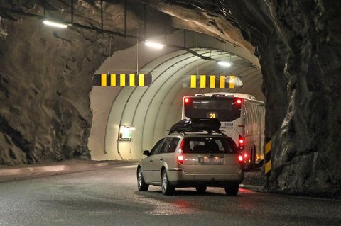 Hit, men ikke lenger. En buss satte seg fast i en tunnel i Tromsø tirsdag kveld.