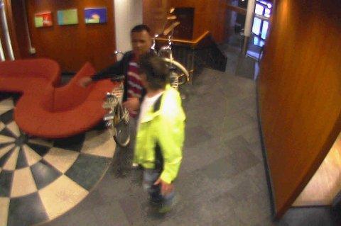 Mistenkt gjerningsmann i sort jakke. Bildet er fra Scandic Hotell i Byporten.