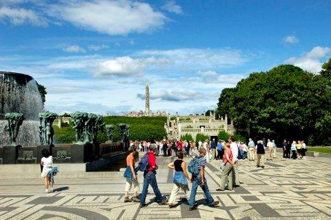 Andelen av de mange turistene som besøker Norge som er fra Sør-Korea er stigende. Her nyter tursitene skulpturene i Vigelandsparken.