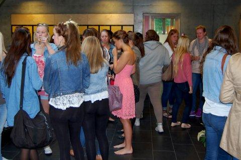 PREMIEREMINGEL: Elevene samlet seg med cocktailglass og småpratet før premierevisningen av musikkvideoen.