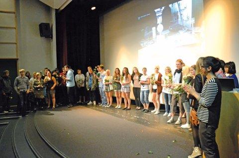De 60 elevene fra forskjellige linjer ved Risør videregående skole mottok blomst av utviklingsleder for BeyondRisør, Nina Gresvig. Dette under avslutningssermonien for skoleåret.