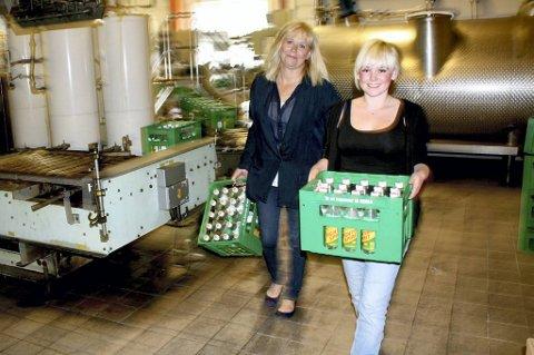 ØKER: Daglig leder Marianne Bergersen (t.v.) og markedsansvarlig Katrine Bergersen Klemp er stolte av hva familiebedriften Roma mineralvannfabrikk får til.