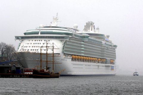 """Royal Caribbean Cruises var ett av fire selskaper som hadde oppgang på Børsen mandag formiddag. Bildet viser selskapets skip """"Freedom of the Seas"""" til kai i Oslo."""